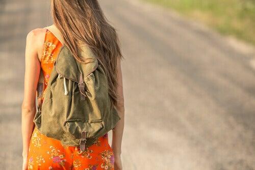 Mujer conmochila que viaja sin complicarse la vida