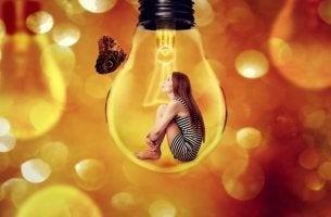 Mujer dentro de una bombilla representando insensibilización