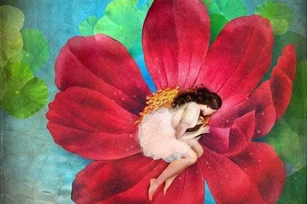 mujer en el interior de una flor con pena