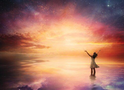 Mujer feliz al atardecer por recordar que la valentía es hacer que las cosas sucedan