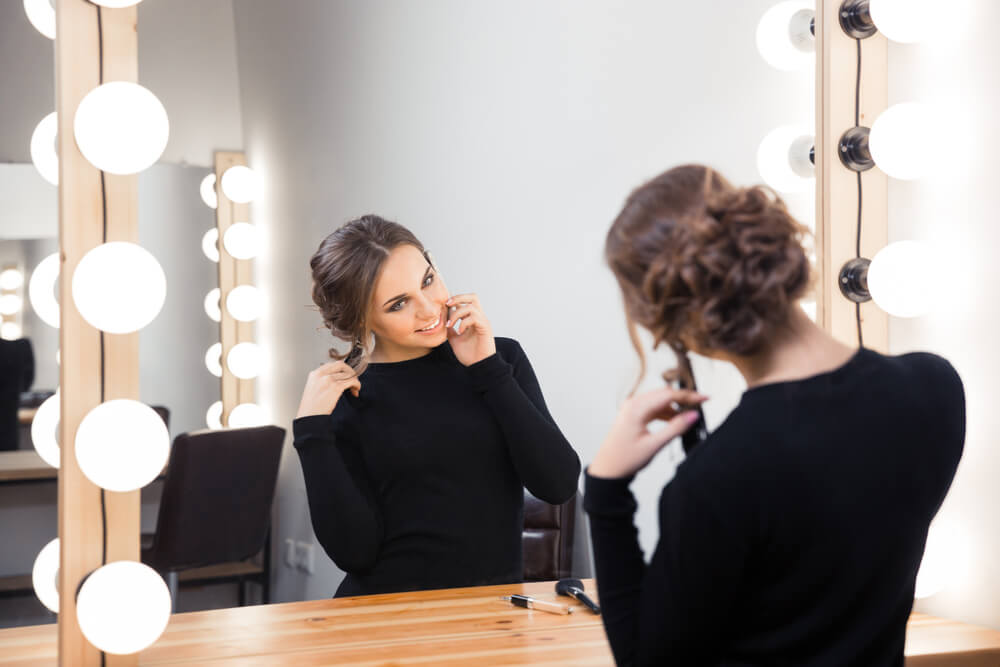 Mujer hablando consigo misma ante el espejo