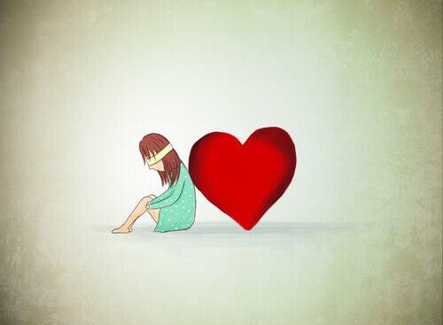 Mujer ojos vendados al lado de un corazón
