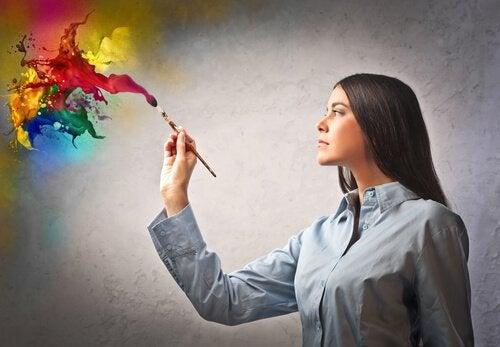 Mujer pintando con creatividad