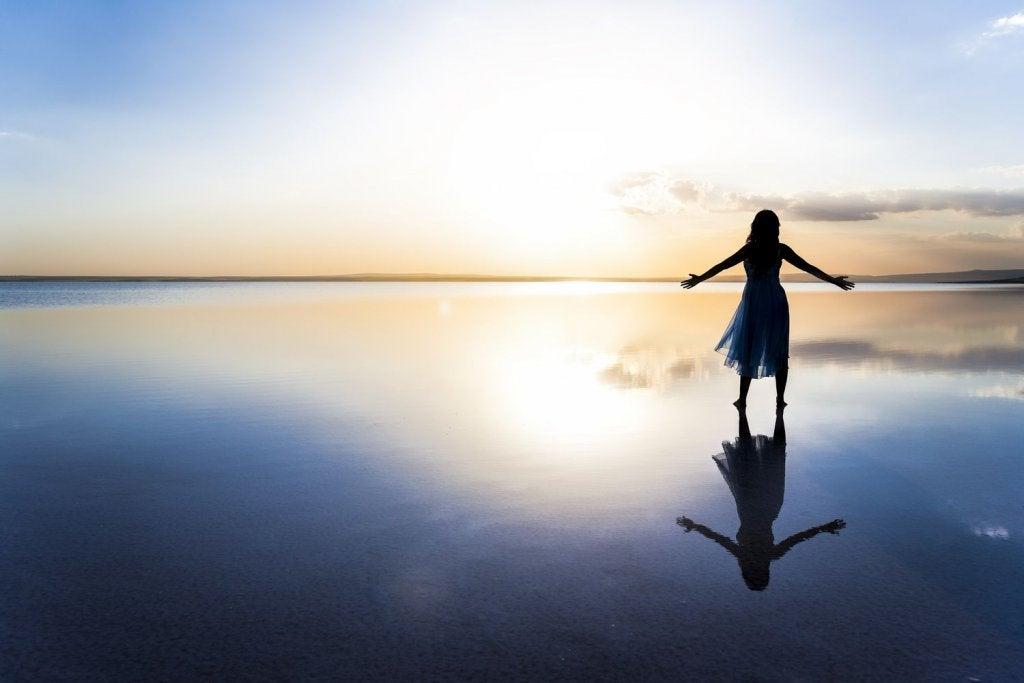 Mujer sola con los brazos abiertos