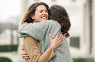 Mujeres abrazándose comunicación emocional