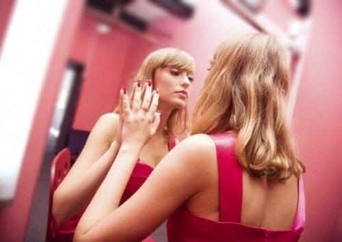 Mujer narcisita con falsa autoestima