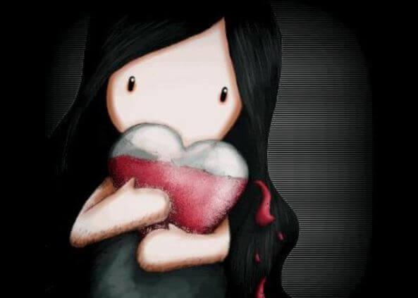 Niña con un corazón entre los brazos