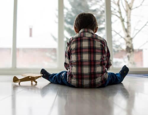 Niño autista jugando en soledad