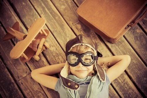 Niño dejando volar su creatividad