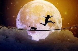 Niño saltando sobre una cuerda