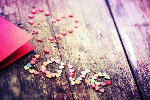amor escrito con trozos de papel