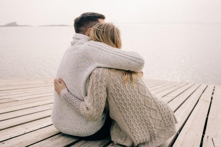 Pareja abrazándose simbolizando la necesidad de ser protegido