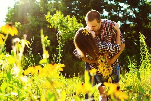Pareja besándose con amor