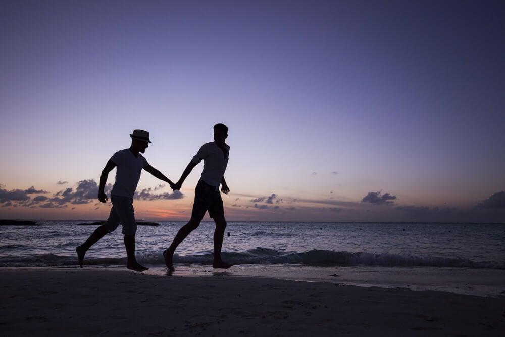 Pareja corriendo por la playa