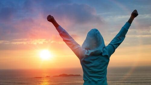 Mujer feliz tras su esfuerzo y persistencia
