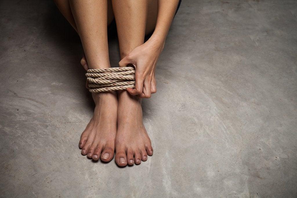 Pies atados con cuerda