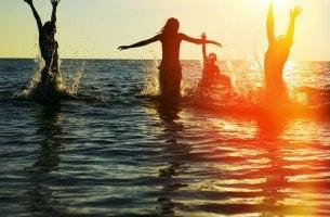 Amigos disfrutando en el mar