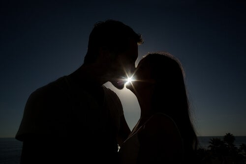 Beso de pareja al anochecer