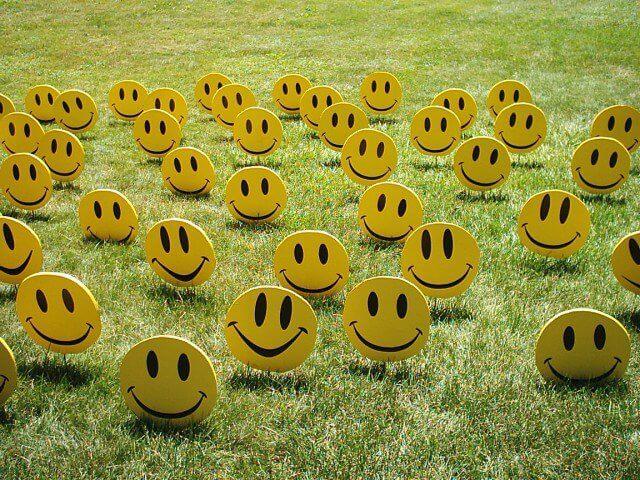 Caras sonrientes de color amarillo simbolizando a la gente contenta