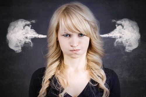 Chica enfadada echando humo por las orejas