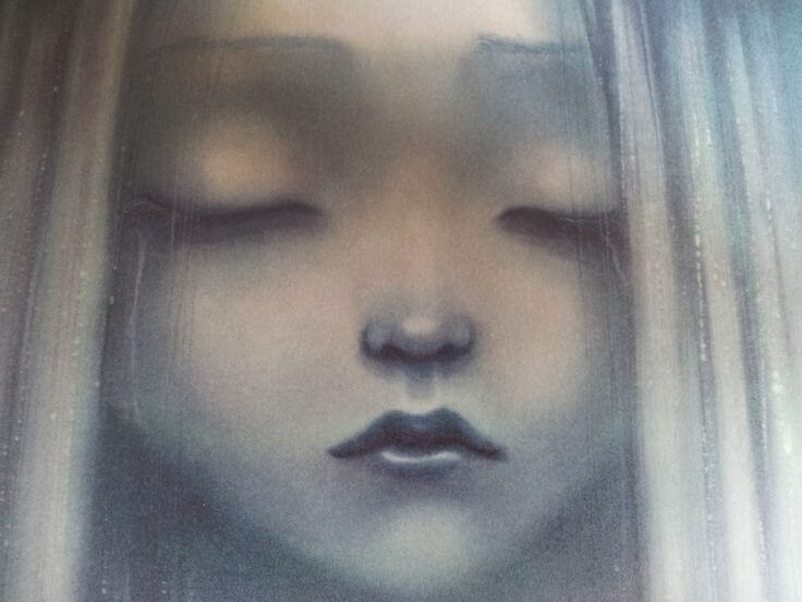 Chica triste con los ojos cerrados