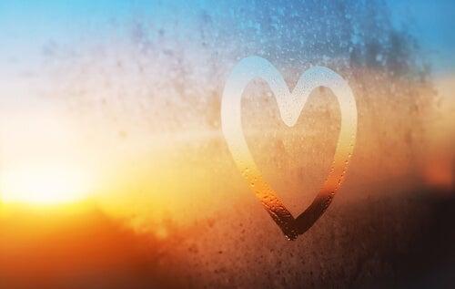 Corazón dibujado en el cristal de una ventana