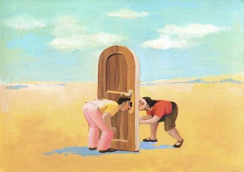 Hombre mirando a una mujer a través de la puerta