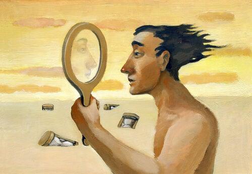 Hombre mirando su reflejo en el espejo