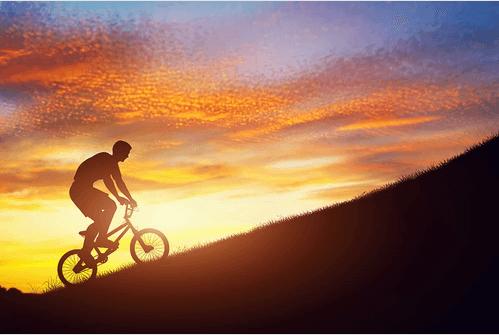 Hombre motivado subiendo montaña