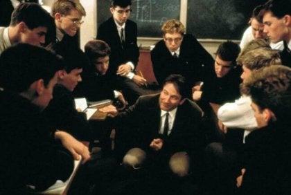Jóvenes alumnos rodeando a un profesor