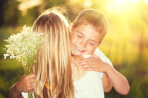 Madre abrazando a su hijo con ramo de flores