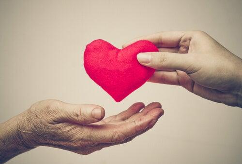 Persona joven teniendo un acto de bondad con una persona mayor