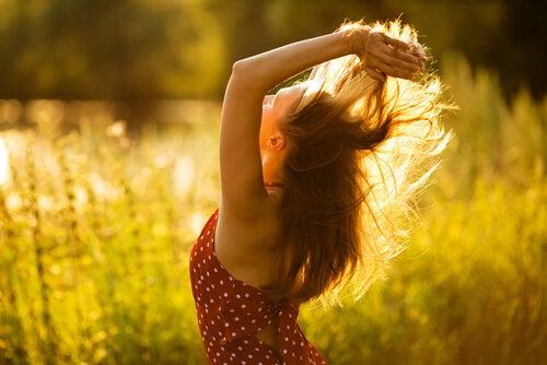 Mujer cogiéndose el pelo con las manos