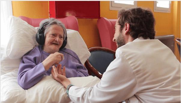 Mujer con alzheimer escuchando música
