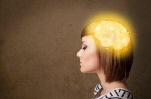 Mujer con el cerebro iluminando recordando