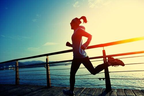 Mujer corriendo por la playa para desahogarse