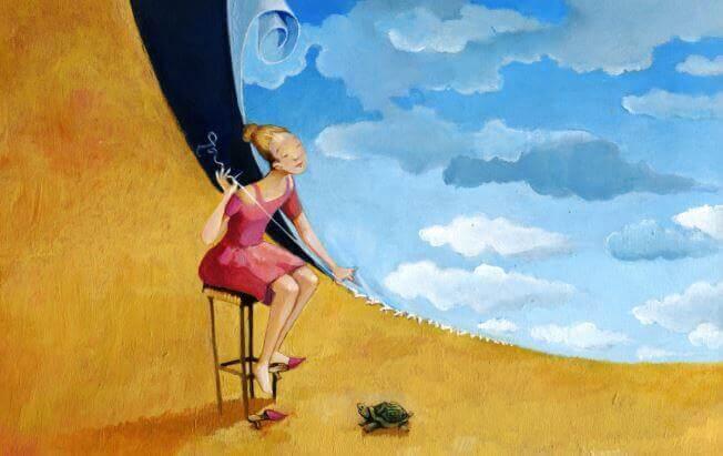 Mujer cosiendo sentada en una silla