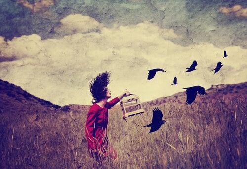 Mujer deja pájaros en libertad