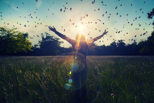 Mujer disfrutando al aire libre tras el cierre de la terapia psicológica