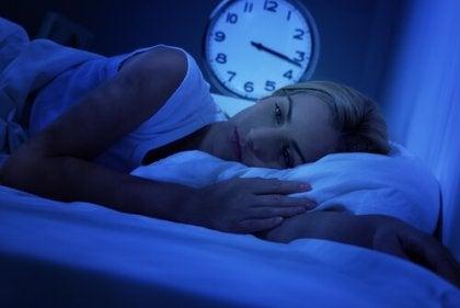 Mujer en la cama despierta a la que no le funciona el ruido blanco