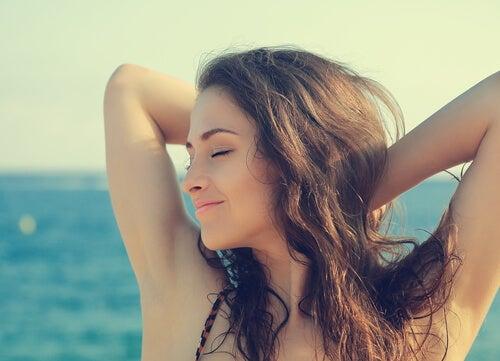 Mujer feliz con los ojos cerrados