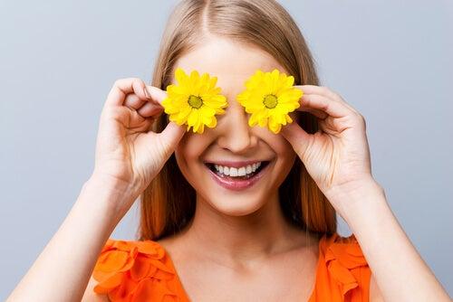 Mujer con flores en los ojos