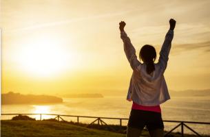 Mujer con las manos arriba motivada