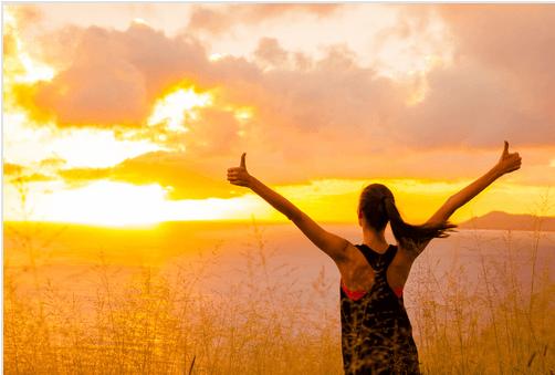 Mujer motivada al amanecer