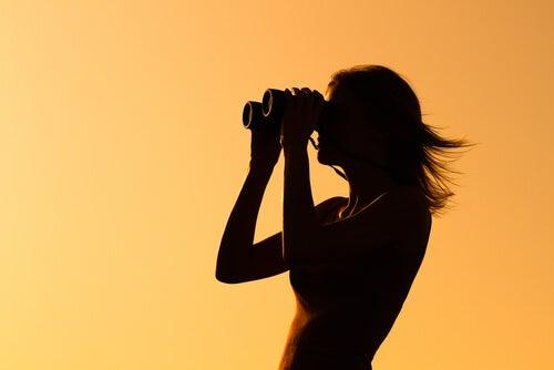 Mujer con prismáticos