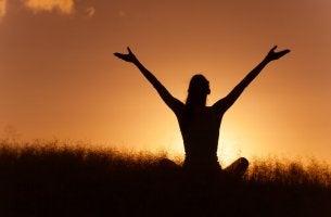 Mujer sintiéndose libre