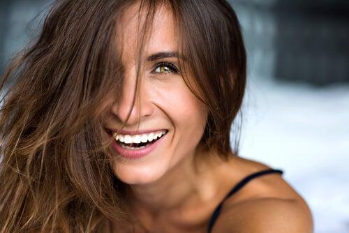 Mujer sonriendo alegre