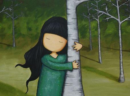 Niña abrazando el tronco de un árbol simbolizando a la gente contenta