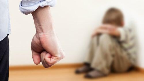 Niño siendo víctima de la agresividad de su padre