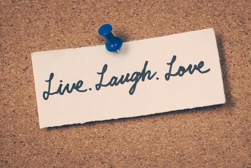 Nota con mensaje: vive, ríe. ama
